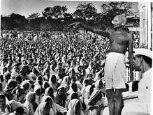 Махатма Ганди выступает перед публикой