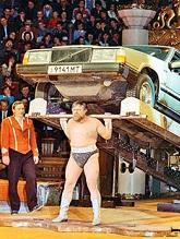 Валентин Дикуль поднимает автомобиль